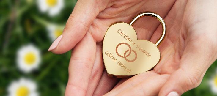 Liebesschloss-Designer Herzschloss in gold auf der Hand